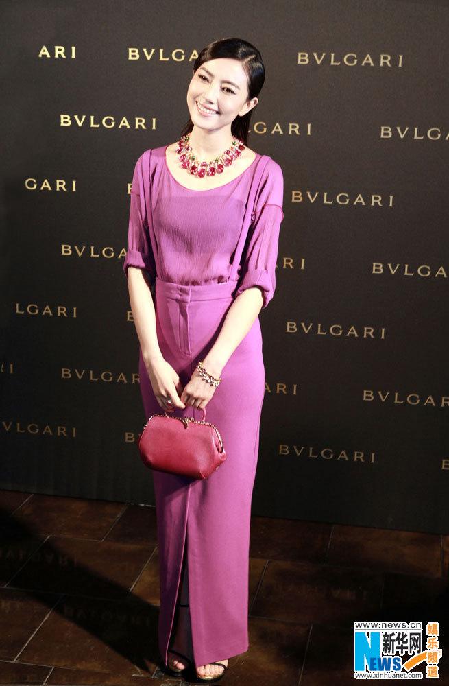 高圆圆透薄轻纱现身颐和园 紫色长裙演绎梦幻神秘