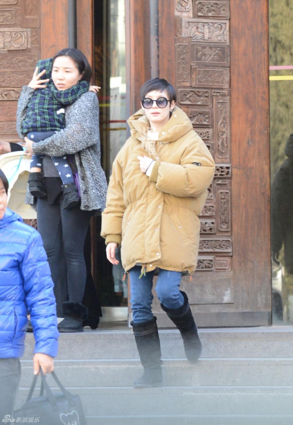 戴着一副深色墨镜,两岁的等等跟在身后,是一位标准的帅气小正太.图片