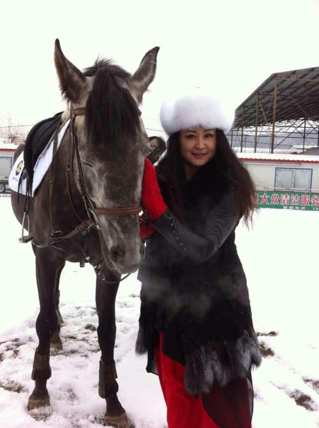 在工交上干小姨子_组图:赵本山小姨子拍贵气写真送新年祝福