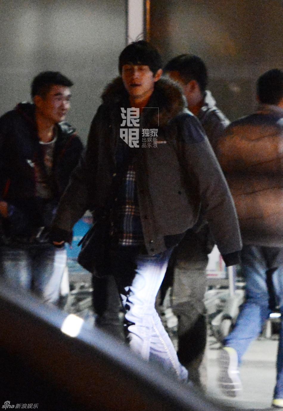 组图:林更新休闲装扮回京 机场抽烟吞云吐雾