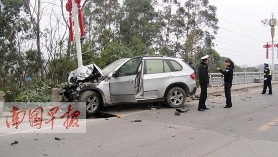 一辆宝马越野车从防城第一市场转弯进入防东路时,撞倒了一辆电动车和