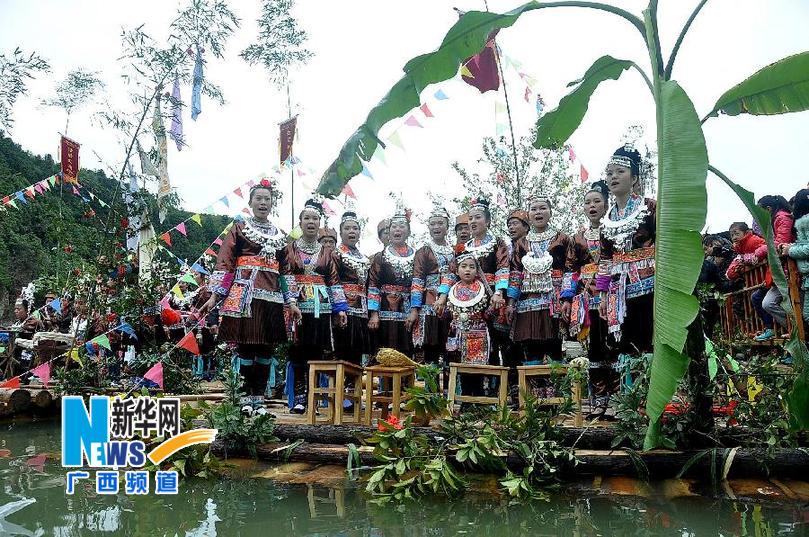 3月1日,广西三江侗族自治县梅林乡榕江上,身着盛装的侗族群众在图片