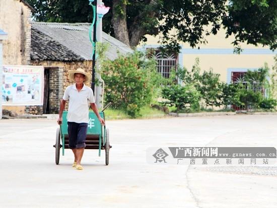 """武宣下莲塘村,60岁的刘宝安是村里惟一的卫生保洁员。他每天的工作就是负责全村公共场所、村道的卫生保洁。广西新闻网记者 杨郑宝摄 广西新闻网记者 周仕兴 杨郑宝 李广明 在不少人看来,一个乡村的清洁卫生看似""""表面功夫"""",对经济发展,无足轻重。 但连日来,记者一行在武宣县乡村走访时发现,""""清洁乡村""""活动有力地推动了当地乡村的发展。 7旬老人拆房为""""美丽""""让路 今年5月,家住武宣县三里镇双龙村上李屯的七旬老人林德云,突然把自己住的房子推倒"""