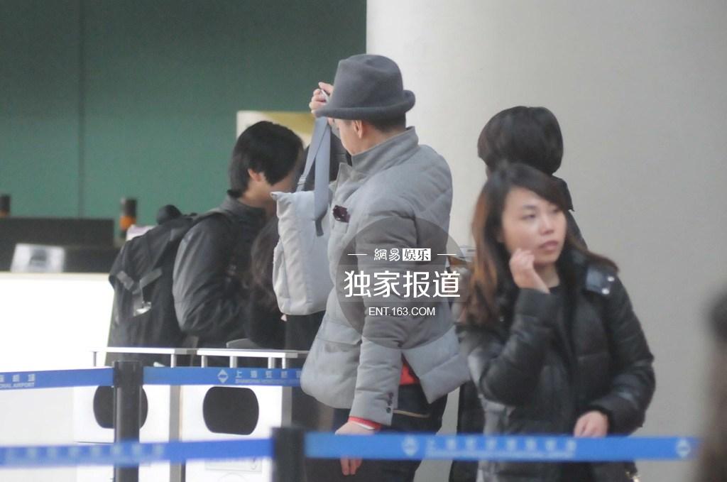 朱丹素颜与男友周一围现身机场