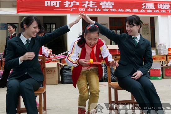 邮储银行广西区分行团员参与关爱青少年志愿服务行动