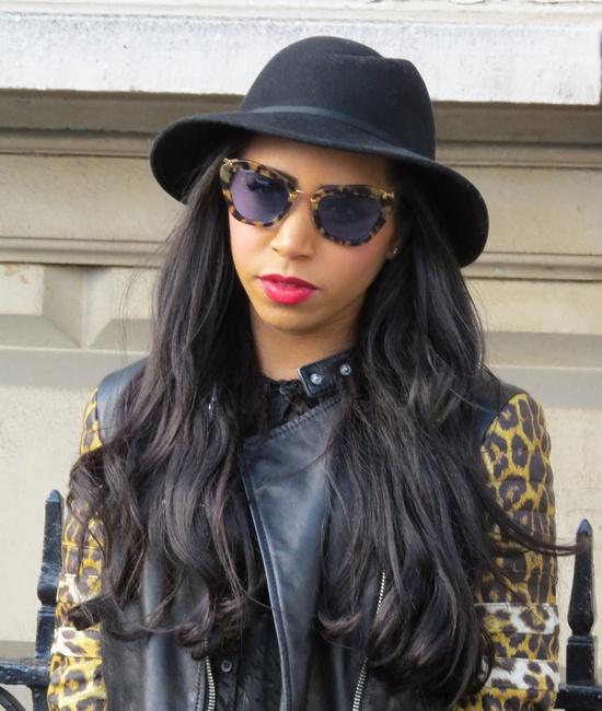【帽子戏法】黑色卷发搭配同色爵士帽,豹纹太阳镜带出整体造型,万无