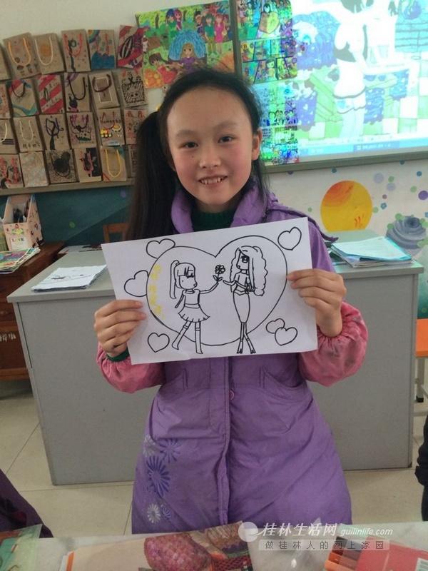 榕湖小学五年级四班的一个女生展示自己为母亲画的画.