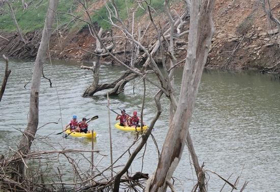 穿行在神秘河流的皮划艇