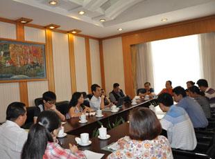 与会代表与媒体代表进行卫生―媒体合作机制小组专题讨论