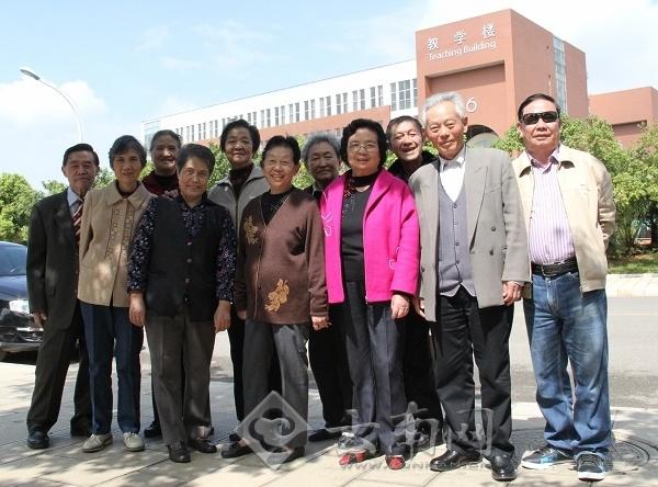 2013年10月18日,昆明医科大学校园内胜友如云、高朋满座,共