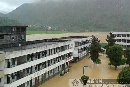 广西河池遭特大暴雨袭击 人保查勘员涉险查勘