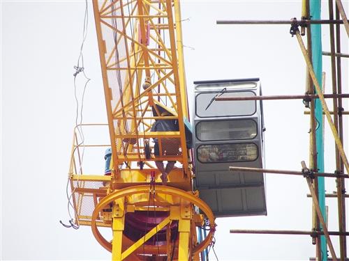 """邕宁:男子爬上40米高塔吊""""看风景""""-广西新闻网"""