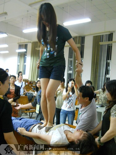 小美女被多人轮射_西大学子惊叹-广西新闻网-广西校园网;; 城桥人体验活动,一女生踩上