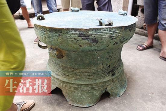 武鸣农民用地下探测器 挖出一面千年青铜鼓