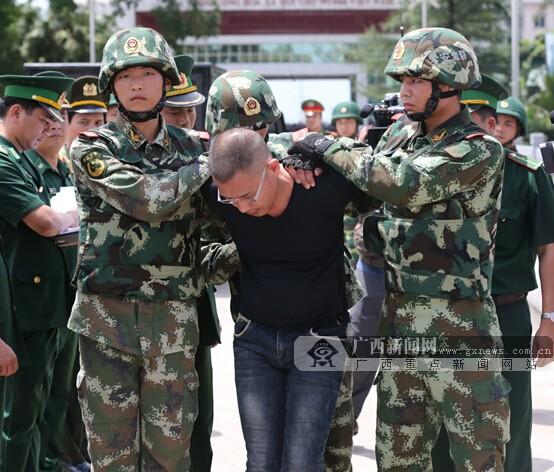 东兴警方向越南警方移交两名毒贩