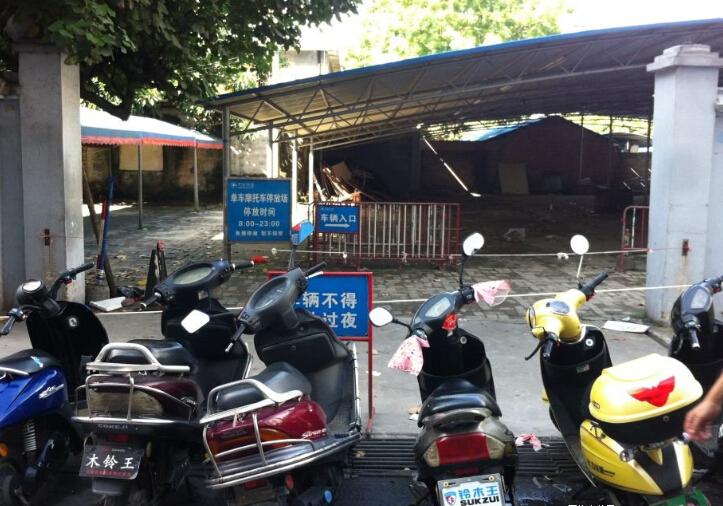 不满当年征地补偿款 村民封堵和安商场停车场