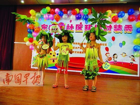 """孩子们正在舞台上展示家长制作的环保时装。 记者 何秀 摄 广西新闻网-南国早报南宁讯 (记者何秀)你见过红薯叶做的裙子,香蕉叶做的上衣吗?7月17日上午,在南宁市东方园社区举办的青少年儿童环保主题活动就能让你大开眼界。40名2~12岁的孩子穿着家长们用各种蔬菜、树叶、购物袋DIY制作而成的美丽环保时装,通过有趣走秀和造型来展示环保理念,让环保意识从孩子们开始培养。 16号小朋友家长用一个装米的塑料袋精心剪制成造型酷酷的马甲,还在马甲底部留有时尚""""流苏"""";而17号小朋友的&ldqu"""