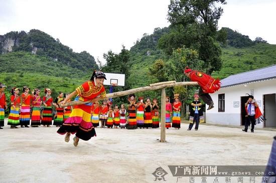 彝族同胞打磨秋.广西新闻网通讯员 王正庭 摄