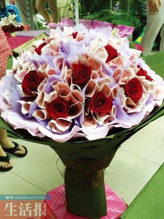 这束用200张百元大钞制作的玫瑰花束价值超2万元