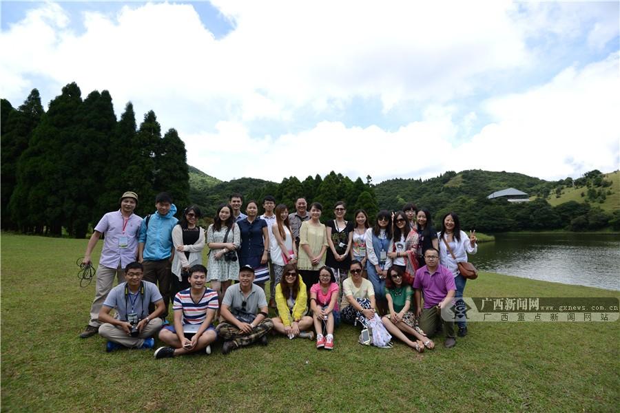 高清图集:美女记者被广西林业美景深深吸引