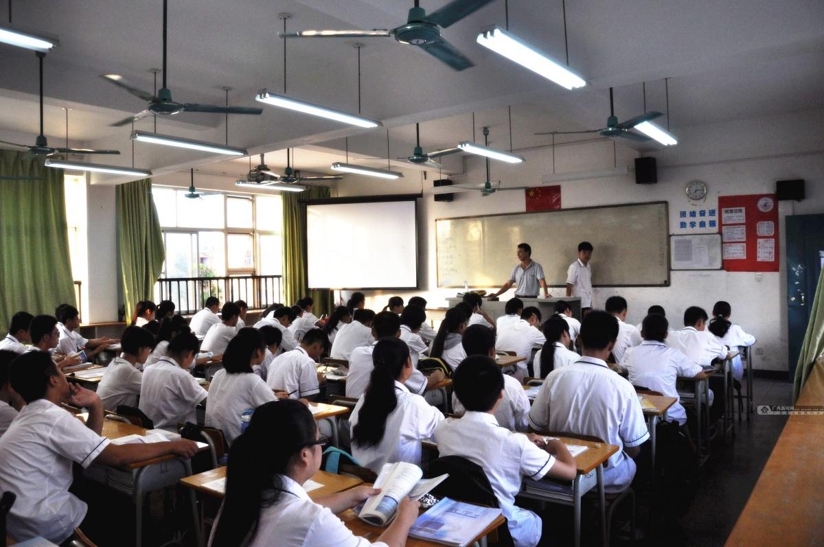 高清:南宁三十六中唐培文老师的一天