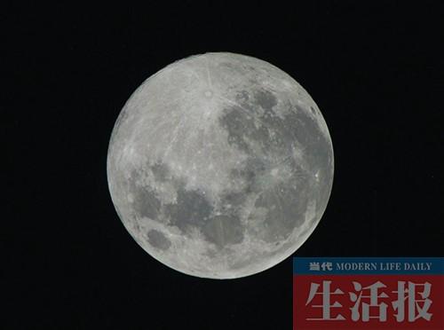 拍摄月亮时镜头焦距当然越长越好