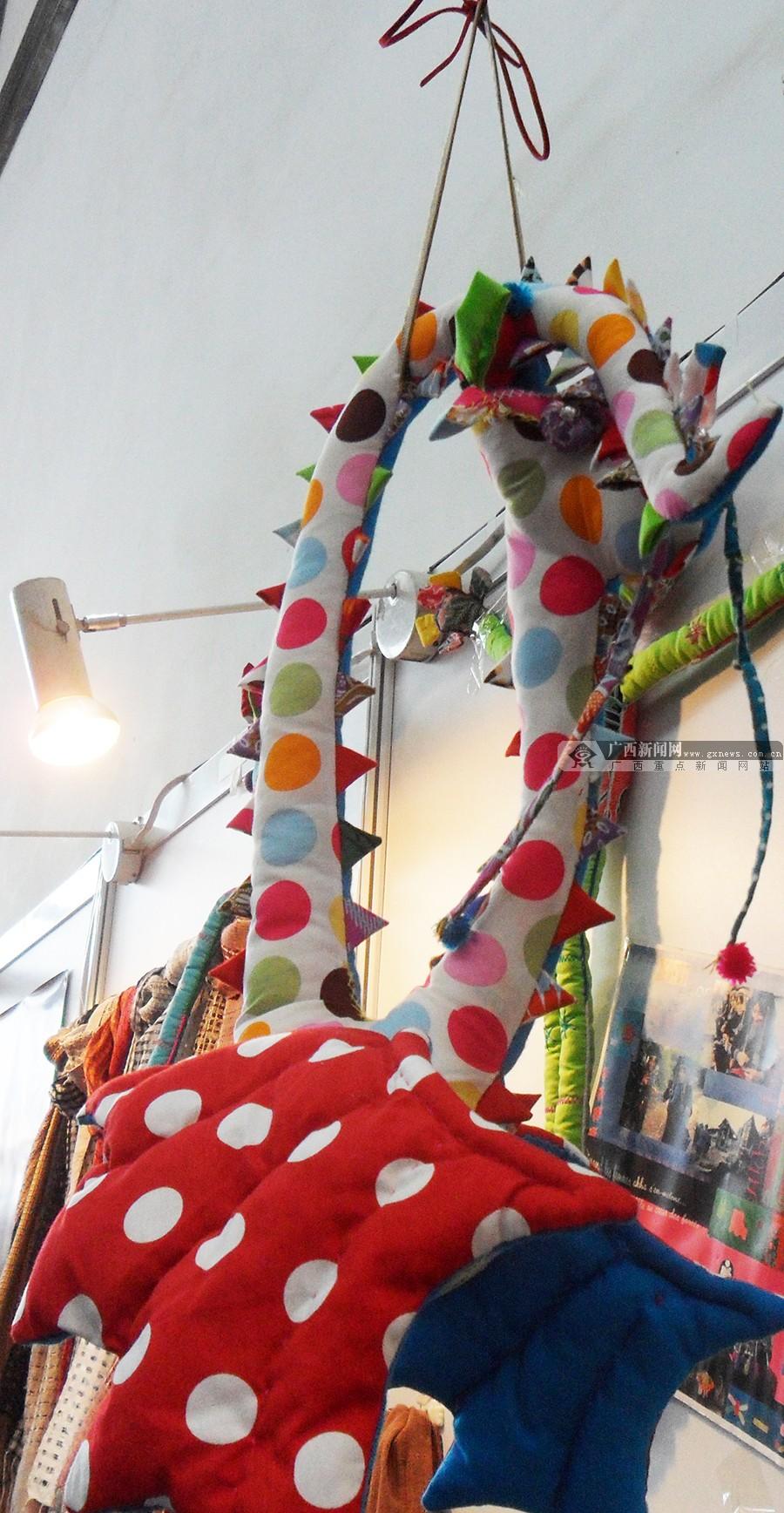 特别是手工缝制的小动物制品,受到了女性观众的欢迎. &nbsp
