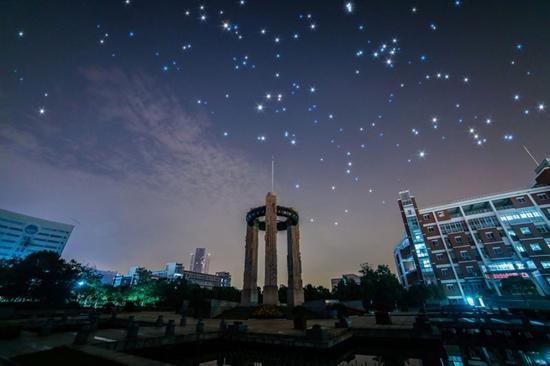 杭州大学生拍摄校园星空如梦似幻