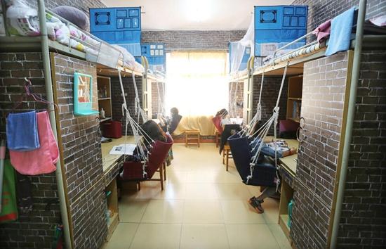江西九江学院女学生装修复古宿舍