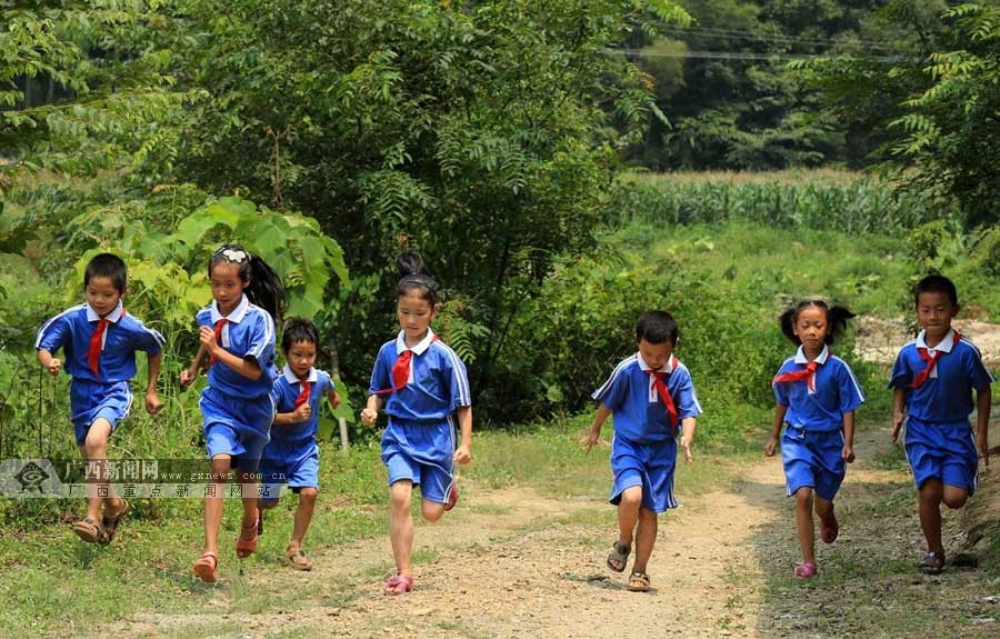 8月31日,在广西柳州市融安县大坡乡六局村山锁小学,学生们在教室外