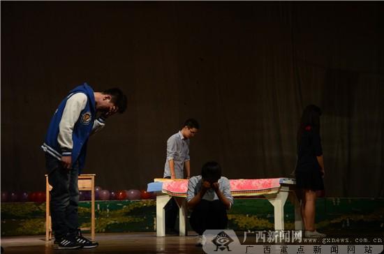 """广西高校上演话剧《安安》 集众之力""""为艾发声"""""""