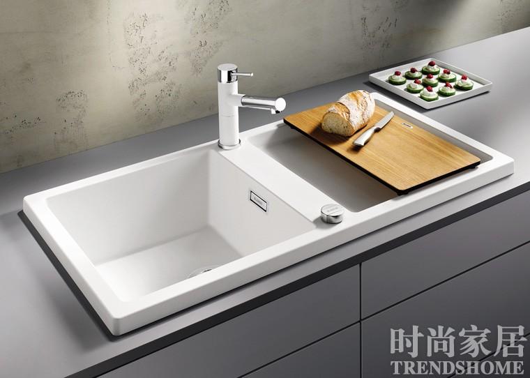 石材内壁 清洁更容易 想要厨房工作简单又轻松,水槽的日常清理工作便绝不能增添麻烦,容易附着油污与水渍的材质、存在死角的外形设计,都是清理工作的大敌。 易洁材质 不锈钢水槽的使用范围最广泛,其中欧洲304不锈钢耐腐蚀、抗氧化、韧性好、坚固耐用。而由高纯度石英材料混合高性能树脂压铸而成的花岗岩水槽可以有效杜绝划痕与污垢,可耐300摄氏度的高温而不褪色。 极简设计 每天在水淋油溅的环境下,水槽与台面的缝隙、龙头后方的角落,越是设计复杂的水槽就越容易在死角堆积污垢。不如选择造型简洁的水槽,位于台面下方的内嵌式安装