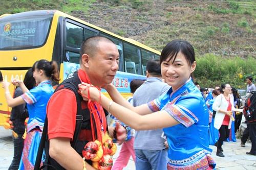 上海首发航班考察团赴乐业县考察旅游线路