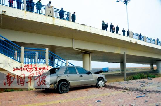 颜强摄      1月23日凌晨4时许,一辆灰色奔驰汽车在撞断北海市高德