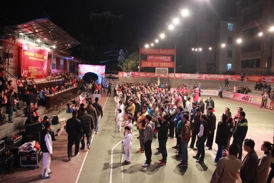 篮球赛现场,共悬挂了六幅大型喷绘,展板一批,使群众在观看比赛中无形