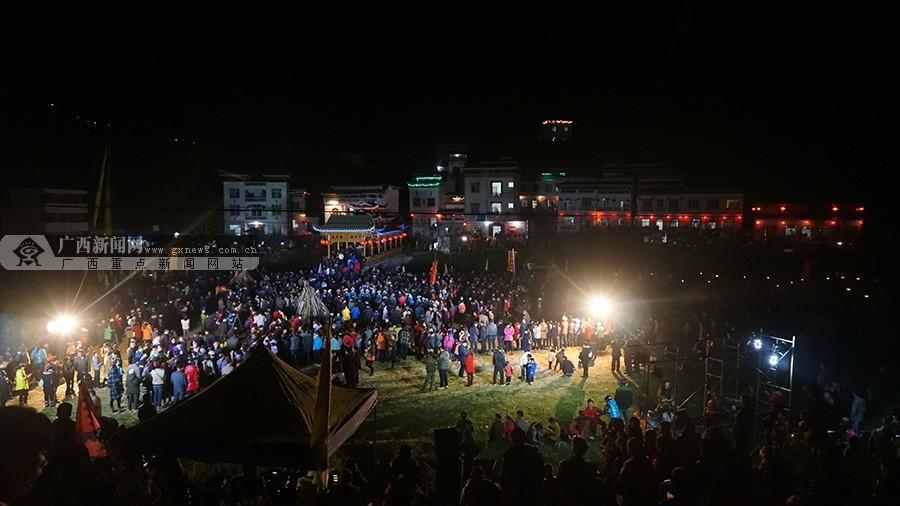 高清:天峨红水河旅游节开幕 上万人观看篝火晚会