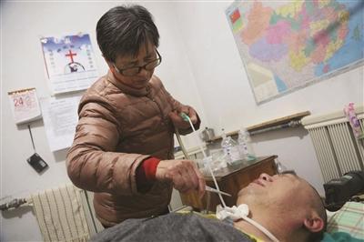 男子车祸致瘫痪无法自主呼吸 家人自制手捏呼吸机