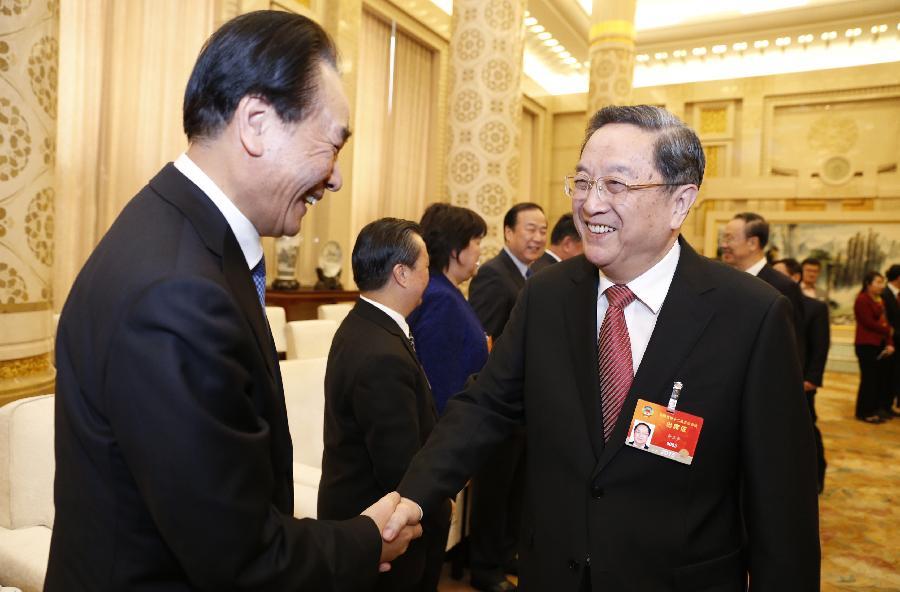 俞正声看望参加全国政协十二届三次会议报道的新闻工作者