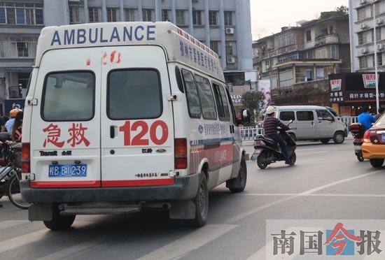 """120救护车出诊被堵成""""家常便饭"""""""