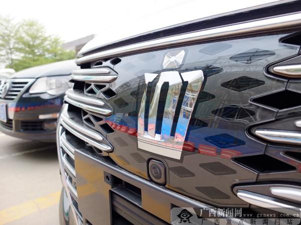 """全新皇冠车标设计复杂,造型精致。广西新闻网见习记者 蓝于涵 摄 众所周知,全新CROWN皇冠的设计主题全面进入年轻化,一直备受期待的2.5L标准版车型,拥有""""原汁原味""""的外观设计、豪华的内部空间,并搭载7英寸+5英寸TFT双屏多媒体显示系统、DSC起步辅助控制系统、紧急刹车警示系统以及智能弹起发动机罩(保护行人)等诸多科技配置,售价仅为27."""