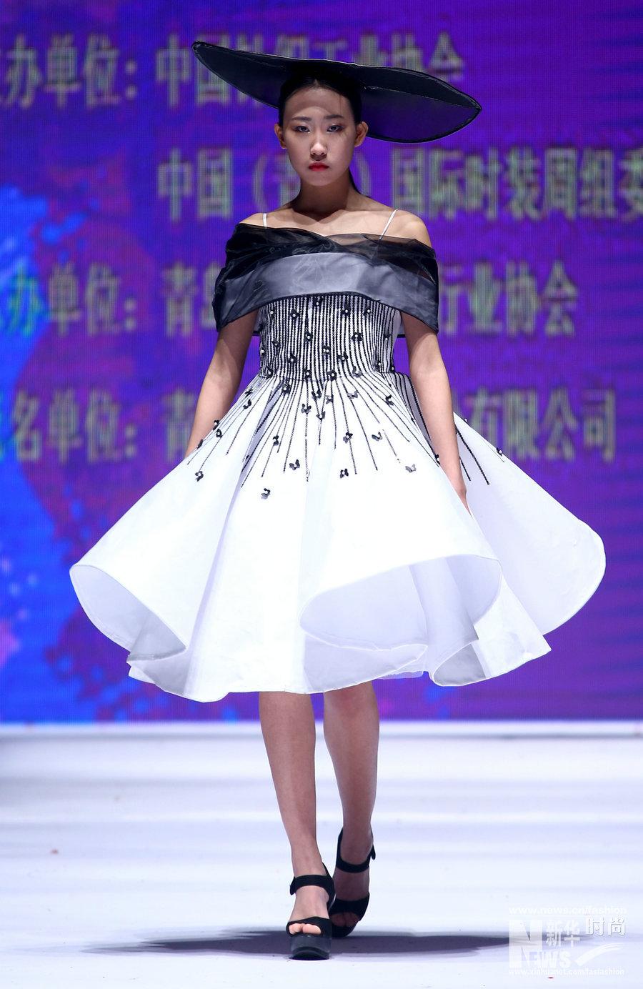 """时装周""""上举行,北京服装学院学生谭静和青岛不裁服装设计公司的设计师"""