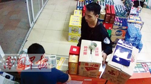 着警服男子进店趁店老板不注意偷烟 事发仙葫大道