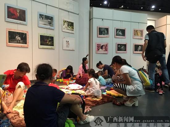 """南宁:""""六一""""儿童摄影照片展"""