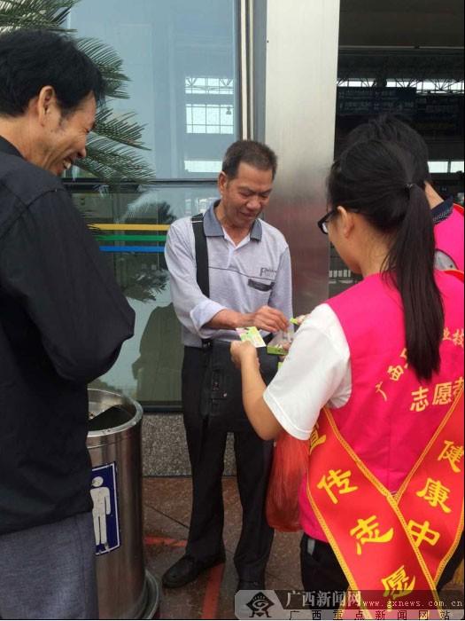 世界无烟日 50名志愿者进车站开展戒烟劝阻活动