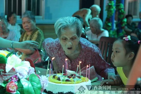 关爱老人 太平相伴 太平财险志愿者慰问老人