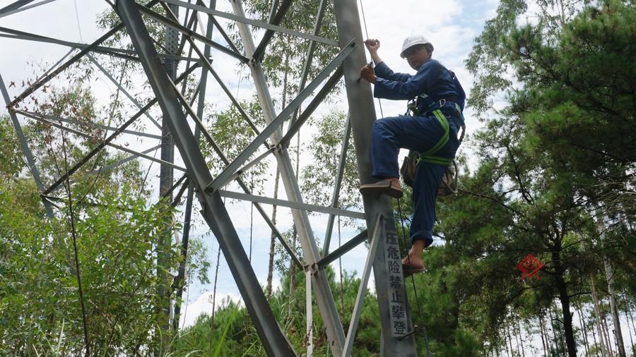 米多高的高压电塔结构