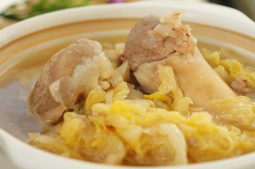 西林马蚌乡的一个传统菜:酸菜骨头汤