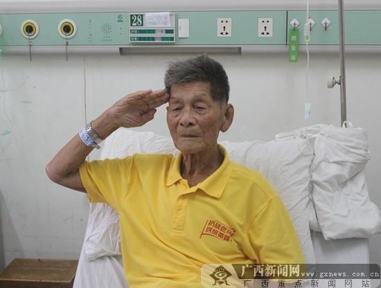 抗战老兵病榻上行军礼致敬抗战岁月