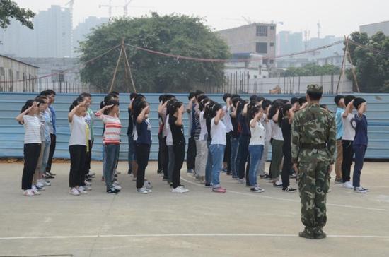 宾阳高中举行高一新生军训会操图片