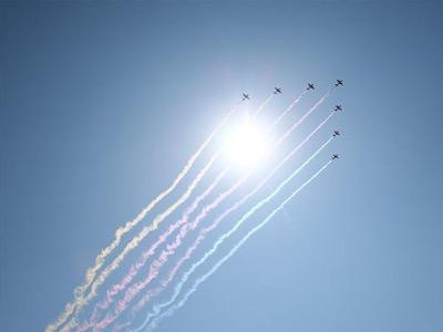 空中护旗方队飞向天安门广场